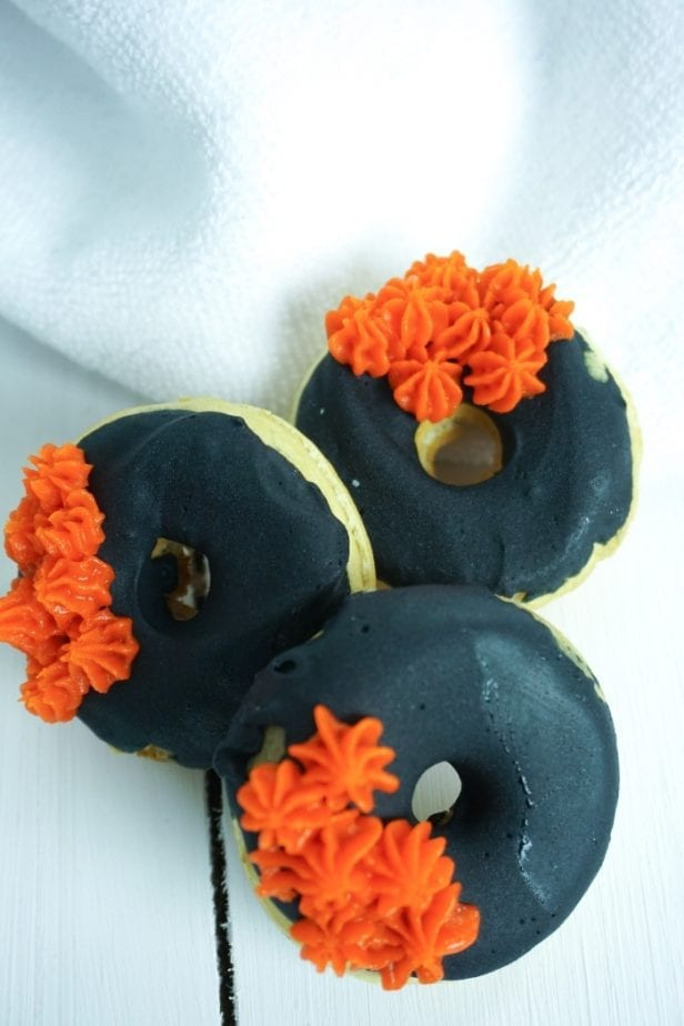 I love it when science and snack collide. But, of all the things, these Black Hole Donuts blow my mind. #blackhole #donuts #nerd #sciencefood #blackholedonuts