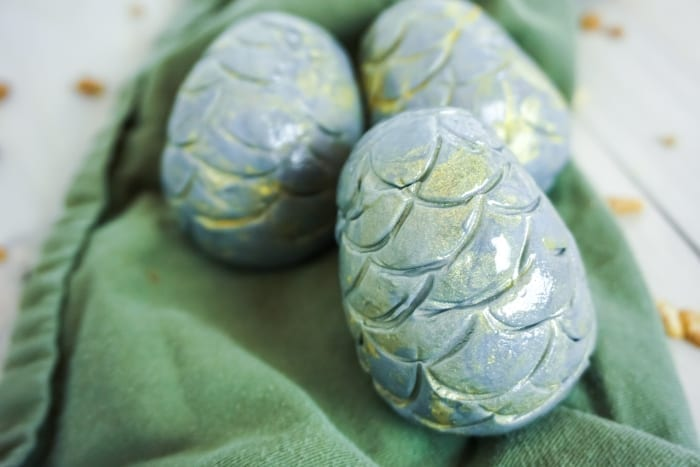 These Game of Throne Khaleesi Dragon Egg Cake Balls are so freaking easy and absolutely fantastic--I can't wait for the watch party of the century. #dragoneggs #edibledragoneggs #gameofthronesdragon #gameofthronesparty #gotdragoneggs