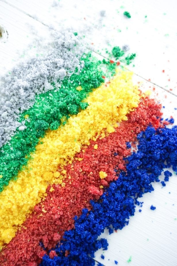Look, I know that there are some glitter snobs out there, but I'm here to tell you How to Make Edible Glitter the Easy Way. #edibleglitter
