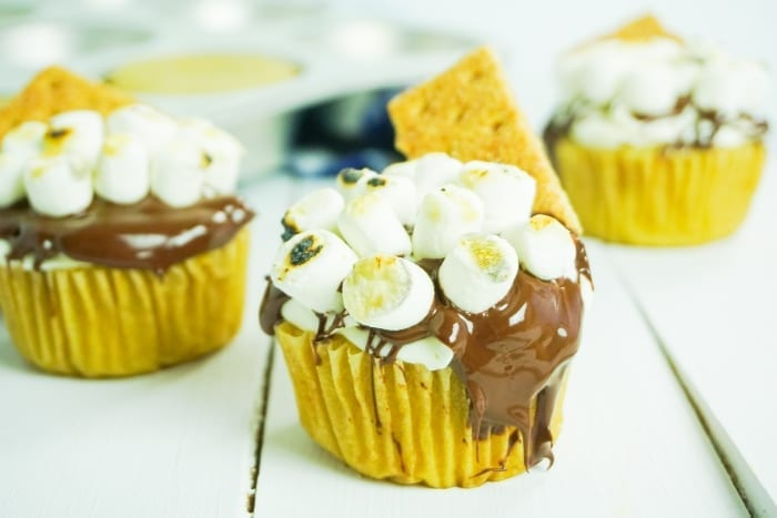 I love s'mores so much, but I hate mosquitos, so I say, Screw the Campfire, I'm Making S'mores Cupcakes! #smores #smorescupcakes #s'mores